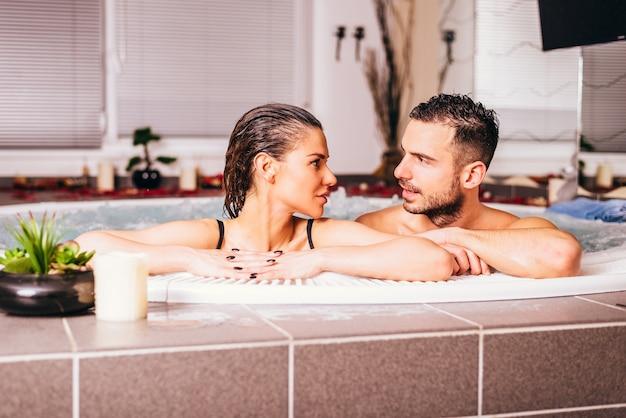 Couple d'amoureux au centre de bien-être