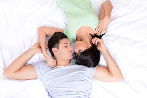 Couple amoureux au lit