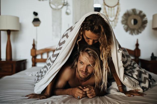 Couple amoureux au repos en mauvais