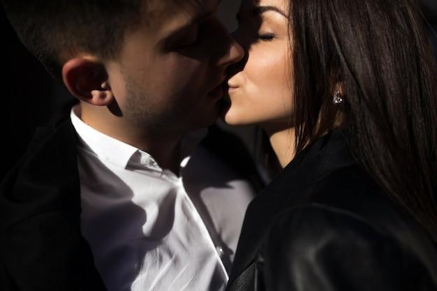 Couple amoureux baisers