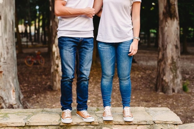 Couple d'amoureux avec des baskets vertes et des jeans debout