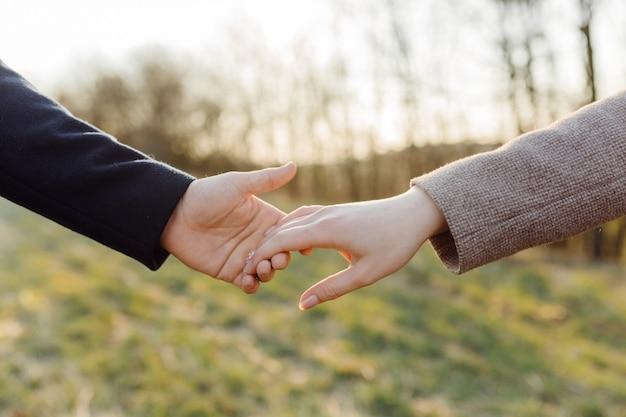 Couple amoureux bénéficiant d'une promenade sur une journée de printemps ensoleillée