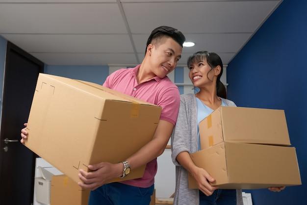 Couple d'amoureux avec boîtes de déménagement