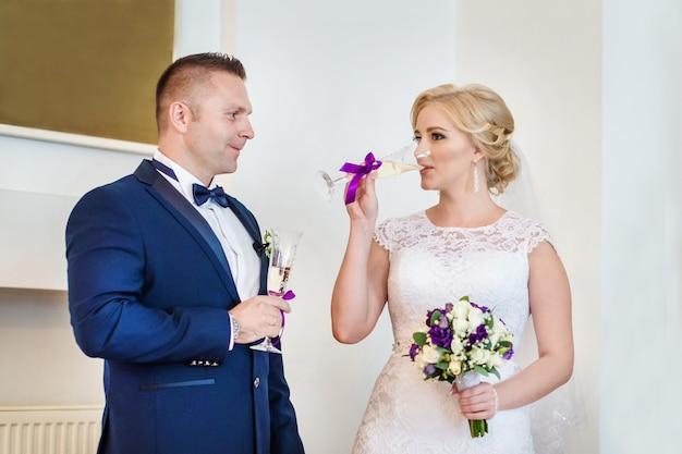 Couple amoureux buvant du champagne au bureau d'enregistrement