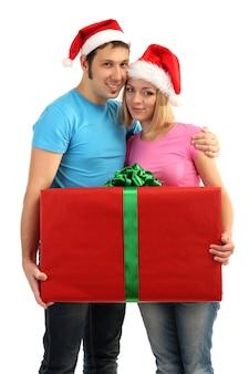 Couple d'amoureux avec cadeau isolé sur blanc