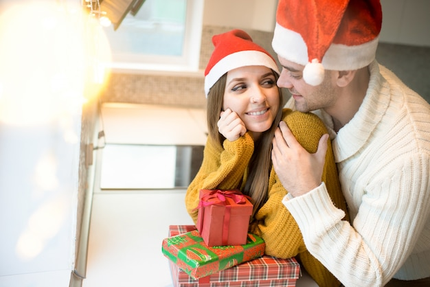 Couple d'amoureux avec des cadeaux pour noël