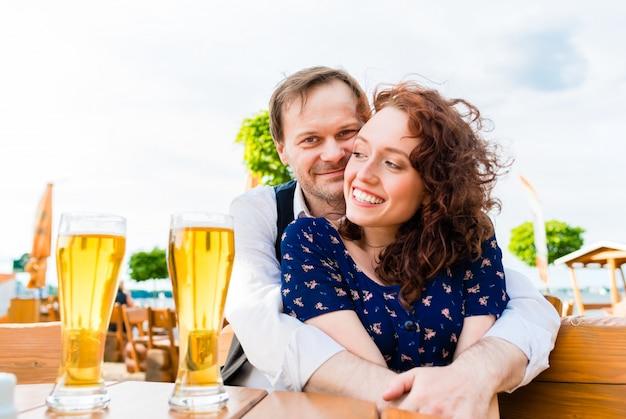 Couple amoureux câlinant dans le café en plein air