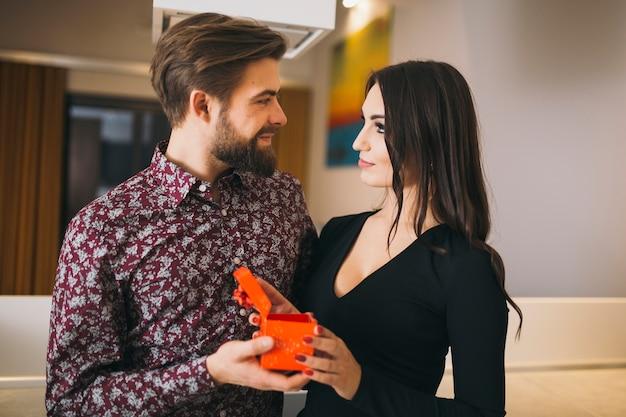 Couple d'amoureux célébrant les vacances à la maison