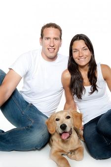 Couple amoureux chiot chien golden retriever
