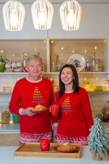Couple amoureux à la cuisine décorée de noël