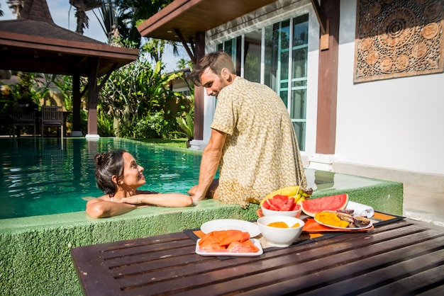 Couple d'amoureux dans une belle villa avec piscine