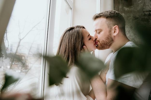 Couple amoureux dans la chambre. brune mince. intérieur élégant.