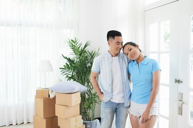 Couple d'amoureux dans un nouvel appartement moderne