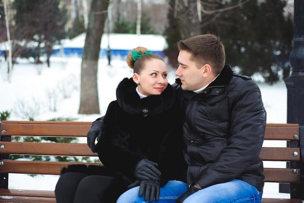 Couple amoureux dans le parc d'hiver.