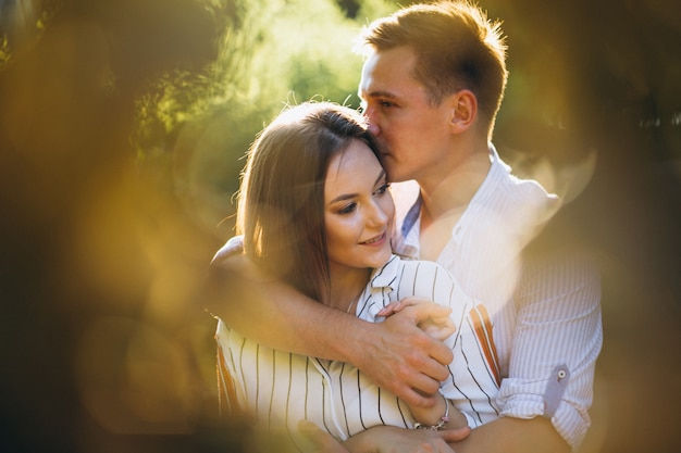 Couple amoureux dans le parc