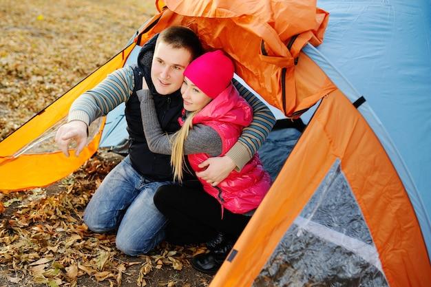 Couple d'amoureux dans la tente touristique