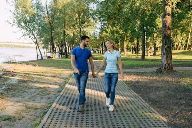 Couple d'amoureux à une date dans le parc