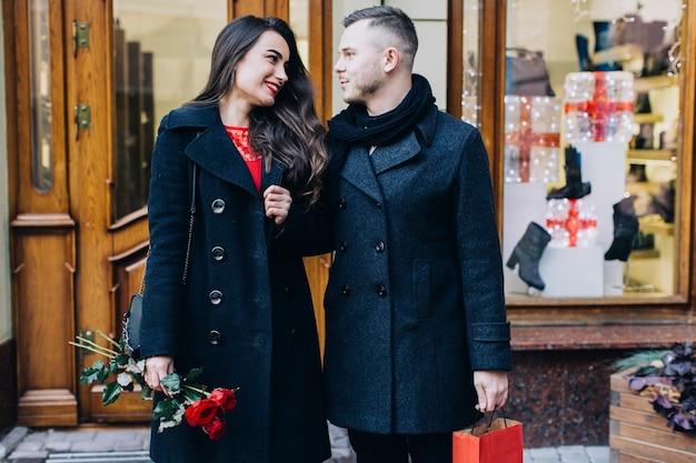 Couple d'amoureux à la date qui posent à la rue