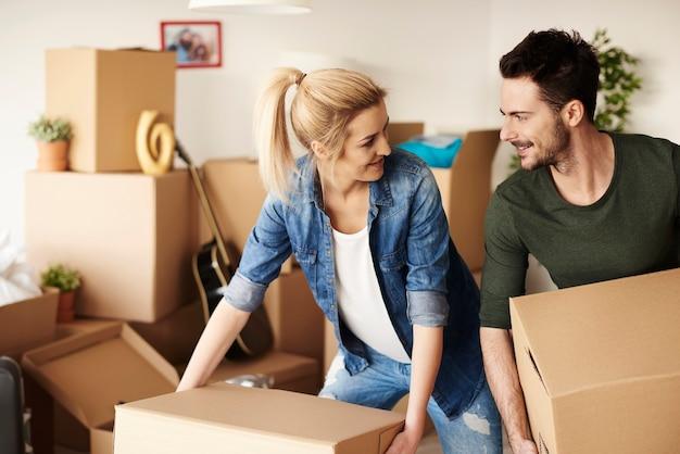 Couple d'amoureux déballer des trucs de cartons