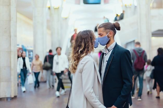 Couple amoureux debout dans une station de métro. mode de vie urbain.