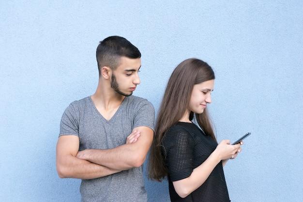 Couple amoureux debout ensemble