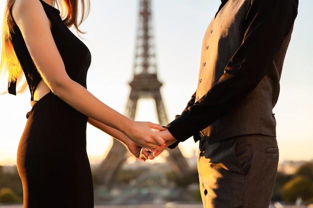 Couple amoureux, demande en mariage à paris, rendez-vous romantique près de la tour eiffel
