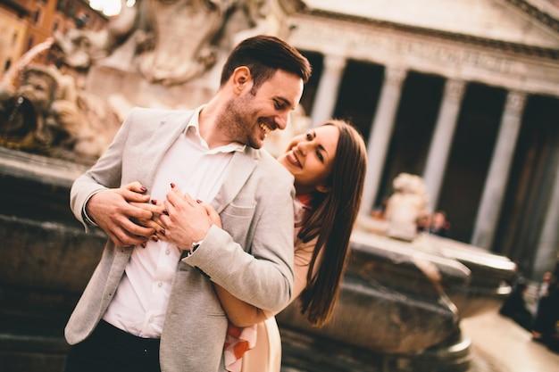 Couple d'amoureux devant le panthéon à rome