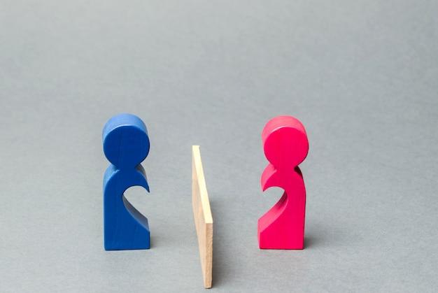 Un couple d'amoureux a divisé la barrière.