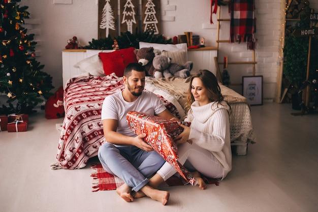 Couple amoureux emballant des cadeaux de noël. nouvelle année