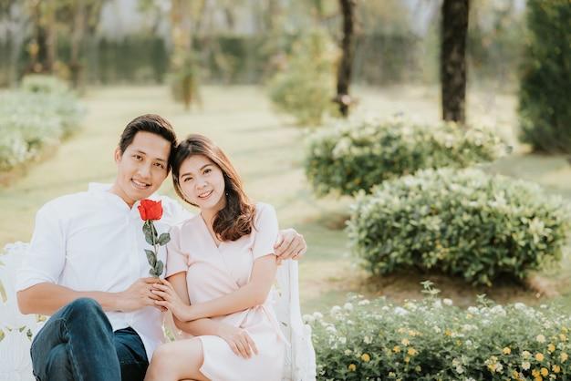 Couple amoureux embrassant avec rose