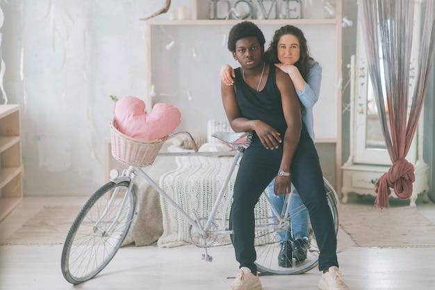 Couple d'amoureux embrassant avec un vélo