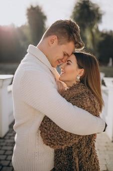 Couple amoureux embrassant