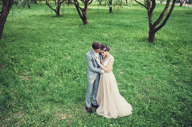 Couple d'amoureux embrassant