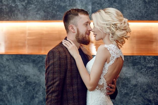 Couple amoureux embrasse et embrasse le jour de leur mariage. hipster marié et mariée