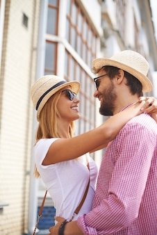 Couple amoureux étreindre