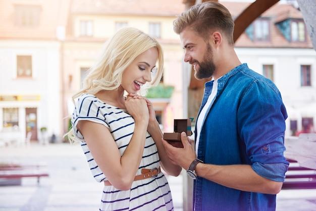 Couple amoureux faisant la prochaine étape