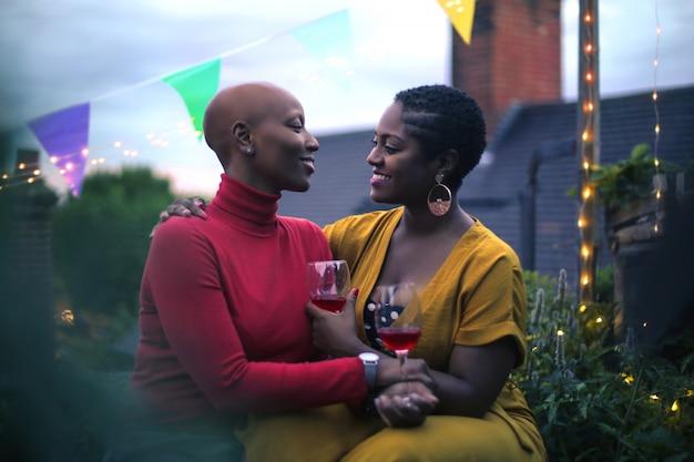 Couple d'amoureux fête sur une terrasse