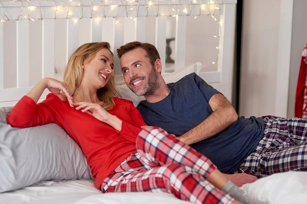 Couple amoureux flirtant au lit