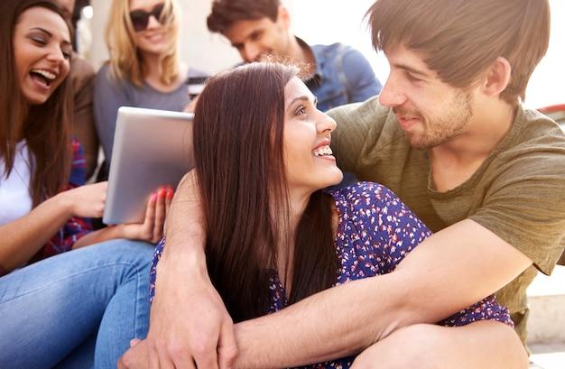 Couple amoureux et groupe d'amis