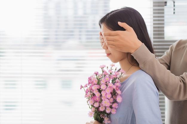 Couple amoureux. l'homme couvre ses yeux de femme faisant une surprise