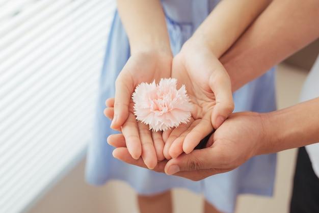Couple amoureux. l'homme et la femme remettent la fleur rose