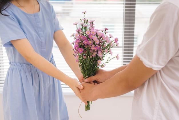 Couple amoureux. homme romantique donnant des fleurs à sa petite amie