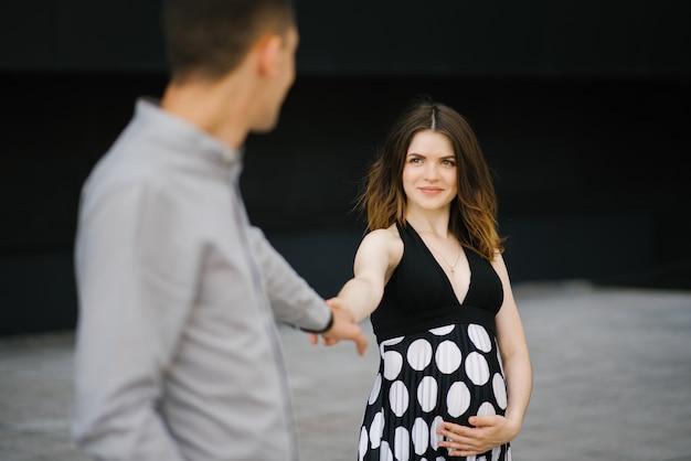 Couple amoureux et une jeune famille attend un enfant. joie de la maternité
