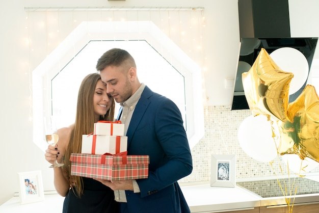 Couple d'amoureux le jour de la saint-valentin