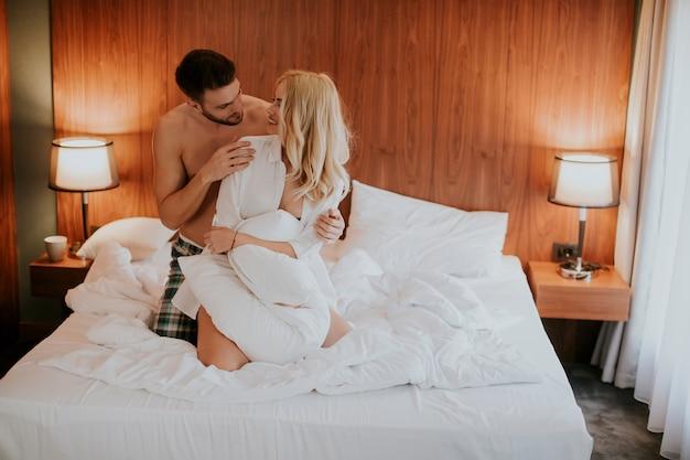 Couple d'amoureux sur le lit dans la chambre