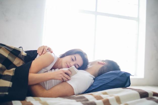 Un couple amoureux sur le lit