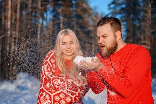 Couple amoureux lors d'une promenade en hiver, une relation amoureuse entre un homme et une femme