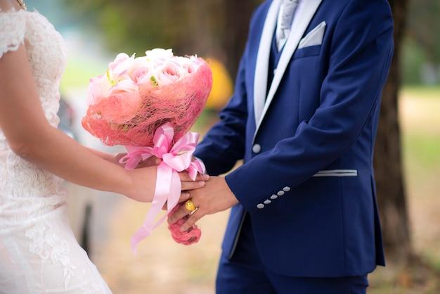 Couple amoureux main dans la main en plein air