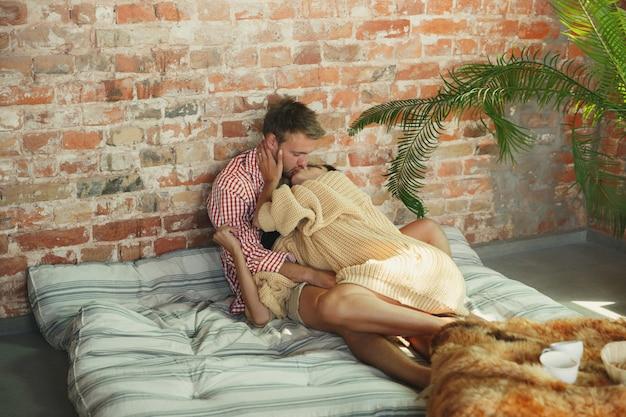 Couple d'amoureux à la maison se détendre ensemble, confortable