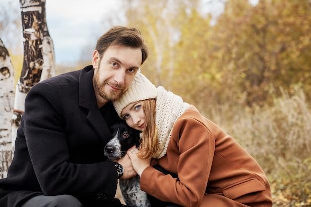 Couple amoureux marchant dans le parc. un homme et une femme s'embrassent et s'embrassent, un couple amoureux, des sentiments tendres et de l'amour, des amoureux